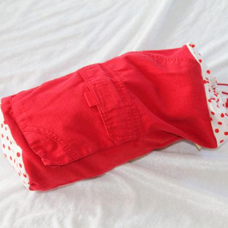 Rød strikkepose med lommer